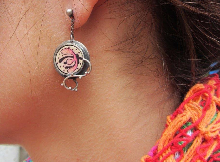 pendiente de flor pintada en oreja